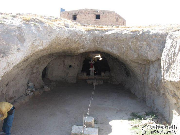 معبدی که در زیر گورستان کشف شد