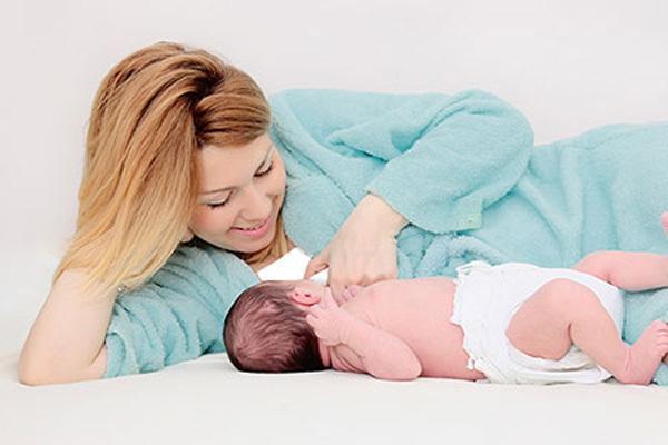 آیا خوابیده شیر دادن به نوزاد، برای سلامتی کودک مضر است؟